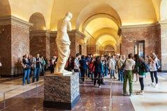 PARIS, FRANKREICH - 8. APRIL 2011: Besucher, die innerhalb des Louvr gehen Lizenzfreie Stockfotos