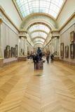 PARIS, FRANKREICH - 8. APRIL 2011: Besucher, die innerhalb des Louvr gehen Stockbilder