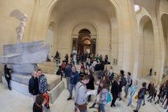 PARIS, FRANKREICH - 30. April 2016 - Louvremuseum drängte sich vom Touristen lizenzfreies stockbild