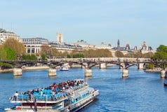 PARIS, FRANKREICH - 6. APRIL 2011: Touristen schwimmen auf ein Boot auf dem S Stockbild
