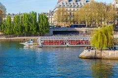 PARIS, FRANKREICH - 6. APRIL 2011: Touristen schwimmen auf ein Boot auf dem S Stockbilder