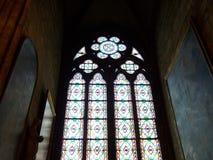 Paris, Frankreich - 6. August 2009: Buntes Buntglasfenster im dunklen Innenraum der Kathedrale Notre Dame de Paris stockfoto