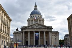 Paris, Frankreich, am 13. August 2018 Der Pantheon mit der französischen Flagge Straße, Fassade und Haube Lateinisches Viertel lizenzfreies stockfoto