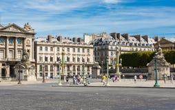 PARIS, FRANKREICH 10. August - elegante Wohngebäude und Touristen umgeben das Louvre in Paris am 10. August 2015 Stockbilder