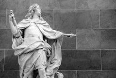 PARIS, FRANKREICH - 30. AUGUST 2015: Gestalten Sie Halle des Louvremuseums, Paris, Frankreich Stockfoto