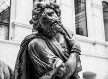 PARIS, FRANKREICH - 30. AUGUST 2015: Gestalten Sie Halle des Louvremuseums, Paris, Frankreich Stockfotos