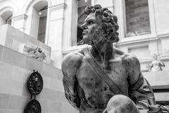 PARIS, FRANKREICH - 30. AUGUST 2015: Gestalten Sie Halle des Louvremuseums, Paris, Frankreich Lizenzfreies Stockfoto