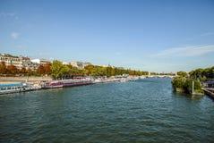 PARIS, FRANKREICH - 28. AUGUST 2015: Modernes Transportboot auf Siena in der Sommerzeit Paris - Frankreich Stockbild