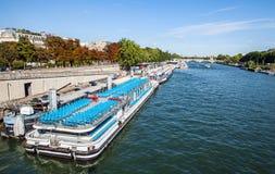 PARIS, FRANKREICH - 28. AUGUST 2015: Modernes Transportboot auf Siena in der Sommerzeit Paris - Frankreich Stockbilder