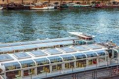 PARIS, FRANKREICH - 28. AUGUST 2015: Modernes Transportboot auf Siena in der Sommerzeit Paris - Frankreich Lizenzfreies Stockbild