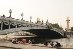 Paris, Frankreich - August 27,2017: Nette Landschaft mit einer speziellen Brücke lizenzfreie stockbilder