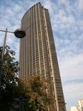Paris, Frankreich 6. August 2009: Niedrige Winkelsicht des Montparnasse-Turms in Paris, Frankreich lizenzfreie stockfotos