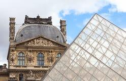 PARIS/FRANKREICH - CIRCA im September 2012 - die Louvrepyramide ist dargestelltes Kontrastieren zum Louvremuseum im Hintergrund Lizenzfreie Stockfotografie