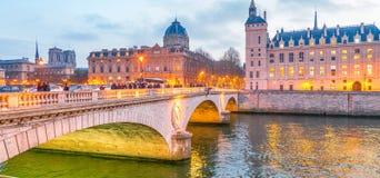 PARIS, FRANKREICH - DEZEMBER 2012: Ampelspuren auf Stadt stre Stockfotos