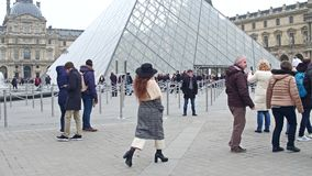 PARIS, FRANKREICH - DEZEMBER, 31, 2016 Gedrängtes Quadrat nahe dem Louvreeingang, dem berühmten französischen Museum und dem popu Stockbild