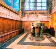 PARIS, FRANKREICH - DEZEMBER 2012: Innenraum von berühmtem Notre Dame Cat Stockfotos
