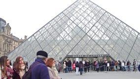 PARIS, FRANKREICH - DEZEMBER, 31, 2016 Leuteschlangestehen, zum des Louvre zu betreten, berühmtes französisches Museum und populä Stockfotografie
