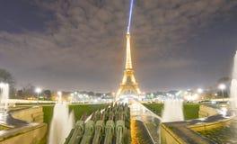 PARIS, FRANKREICH - DEZEMBER 2012: Lichter des Eiffelturms nachts Stockfoto