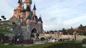 PARIS, FRANKREICH - 30. Dezember 2016: Unterhaltungserholungsort Disneyland Paris mit Ansicht zum Schneewittchen-Schloss stock footage