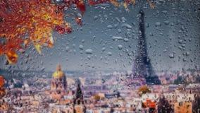 Paris, Frankreich Eine Ansicht der Stadt von einem Fenster von einem Höhepunkt während eines Regens Regentropfen auf Glas Fokus a Stockbilder