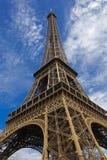 PARIS, FRANKREICH, EUROPA - Eiffelturm u. blauer Himmel mit Wolken, Paris, Frankreich - 24. Juli 2015 Lizenzfreies Stockfoto