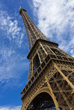 PARIS, FRANKREICH, EUROPA - Eiffelturm u. blauer Himmel mit Wolken, Paris, Frankreich - 24. Juli 2015 Stockfotografie