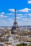 PARIS, FRANKREICH, EUROPA - Eiffelturm u. blauer Himmel mit Wolken, Paris, Frankreich - 24. Juli 2015 Stockfoto