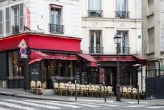 PARIS, FRANKREICH - 1. FEBRUAR 2017: Ein Café mit roter Dekoration an Montmartre-Hügel Lizenzfreies Stockbild