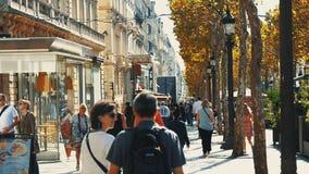 PARIS, FRANKREICH, IM SEPTEMBER 2017 - gedrängte Tages-Champs-Elyseesalleen-Bürgersteigs-Touristen, die Paris besichtigen Berühmt stock video