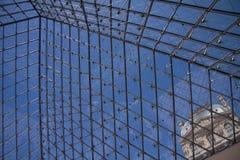 PARIS, FRANKREICH - 18. JULI 2010: Bottom-upansicht zum Louvre Lizenzfreie Stockbilder