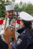 paris frankreich 14. Juli 2012 Ein Legionärspionier mit Vertreter der Polizei vor der Parade in Paris Lizenzfreie Stockbilder