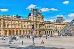 PARIS, FRANKREICH - 6. JULI 2016: Glaspyramide und das Louvre mus Stockbild