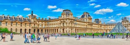 PARIS, FRANKREICH - 6. JULI 2016: Glaspyramide und das Louvre mus Lizenzfreie Stockfotografie