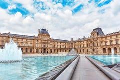 PARIS, FRANKREICH - 3. JULI 2016: Glaspyramide und das Louvremuse Lizenzfreie Stockfotografie