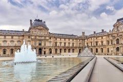 PARIS, FRANKREICH - 3. JULI 2016: Glaspyramide und das Louvremuse Stockfotos