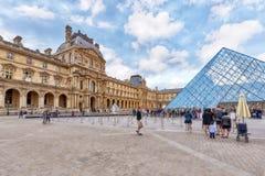 PARIS, FRANKREICH - 3. JULI 2016: Glaspyramide und das Louvremuse Lizenzfreie Stockfotos