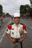 Paris, Frankreich - 14. Juli 2012 Soldat wirft vor dem Marsch in der jährlichen Militärparade in Paris auf Stockbilder