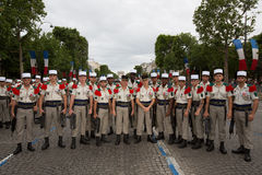 Paris, Frankreich - 14. Juli 2012 Soldaten wirft vor dem Marsch in der jährlichen Militärparade in Paris auf Stockfotografie