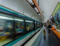 Paris, Frankreich am 1. Juni 2015: Bilden Sie innere Pariser Metrostation, die Leute aus, die von der Plattform hereinkommen und  Stockfotografie