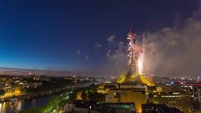 PARIS, FRANKREICH - 19. JUNI 2018: Eiffelturmfeuerwerks-Nacht-timelapse am Französischen Nationalfeiertag Schnelle Bewegung stock video footage