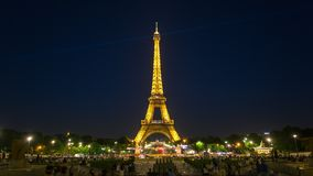 PARIS, FRANKREICH - 19. JUNI 2018: Eiffelturmnacht-timelapse helle Lichter Schnelle Bewegung stock video