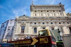 Paris, Frankreich - 29. Juni 2015: Exkursionsbus mit Touristen lizenzfreie stockfotos