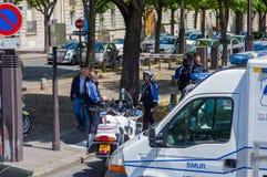 PARIS, FRANKREICH - 1. JUNI 2015: Französische Polizei blockierte Straßen, um Notfall im streest von Paris zu steuern Lizenzfreie Stockfotos