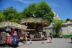Paris, Frankreich - 28. Juni 2015: Souvenirladen und Karussell stockfotos