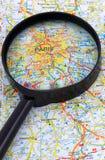 Paris- - Frankreich-Karte unter Lupe lizenzfreie stockbilder