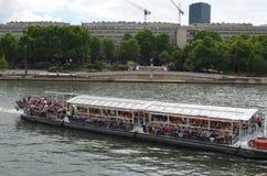 PARIS, FRANKREICH - 29. MÄRZ 2014: Boot mit Touristen auf dem Fluss Sena Paris lizenzfreie stockbilder
