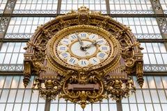 Paris, Frankreich, am 28. März 2017: Goldene Uhr des Museum D ` Orsay Das ` Orsay Musee d ist ein Museum in Paris, auf dem links Lizenzfreies Stockfoto