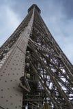 PARIS, FRANKREICH - 23. MÄRZ 2016: Schöner Eiffelturm und Blau Lizenzfreie Stockfotos