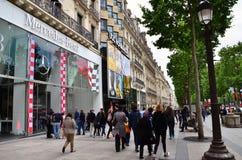 Paris, Frankreich - 14. Mai 2015: Einheimischer und Touristen auf dem Alleen-DES Champs-Elysees Stockfotos
