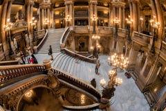 PARIS, FRANKREICH - 3. MAI 2016: Leute, die Fotos an der Oper Paris machen Lizenzfreie Stockfotografie
